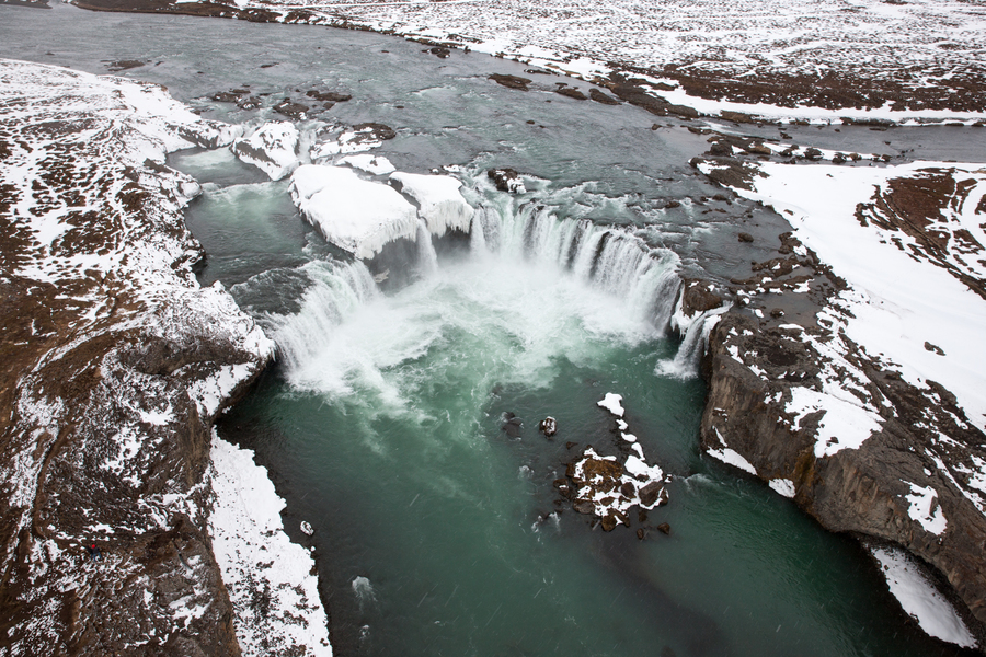 Хелиски и хелибординг в Исландии, водопад Годафосс. Heliskiing and Heliboarding in Iceland, Godafoss Waterfall